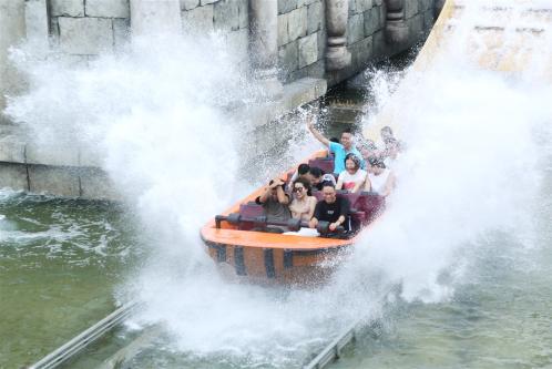 Typhoon Water Park lại mở ra một thế giới nước mát lạnh và đầy phấn khích với 12 trò chơi dưới nước hấp dẫn.