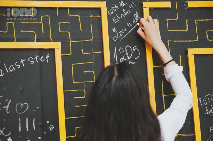 <p> Khác hẳn ngày thường, bảng đen trở thành nơi trang trí, chia sẻ những lời yêu thương cho nhau, cho trường lớp.</p>