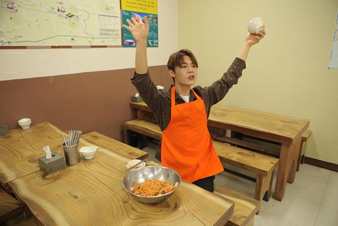 <p> Ngày đầu tiên, Lục Huy (Uni5) đi đến bảo tàng Bảo tàng mì Makguksu để thưởng thức những món ăn địa phương của vùng Chuncheon.</p>