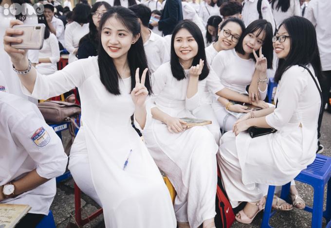 <p> Sáng 22/5, trường THPT Chu Văn An tổ chức lễ bế giảng năm học 2018 - 2019. Đối với các học sinh khối 12, đây là buổi chia tay bạn bè, thầy cô, chia tay tuổi học trò.</p>