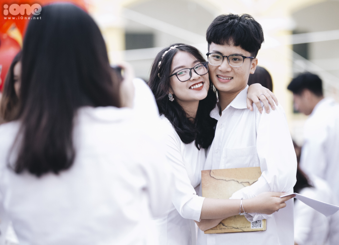 Học sinh Chu Văn An khóc, cười trong lễ bế giảng
