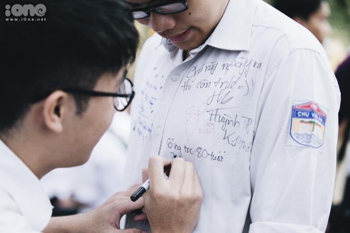 <p> Trong buổi lễ bế giảng, mọi người cùng trao những dòng lưu bút.</p>