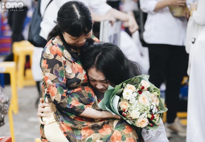 <p> Nhiều học sinh ôm lấy cô giáo mà khóc.</p>