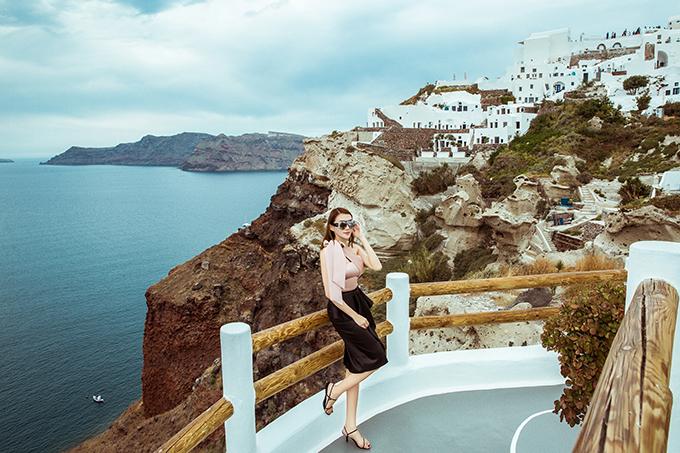 <p> Sau đám cưới tổ chức tại Gia Lai vào tháng 4/2019, Lê Hà cùng chồng có chuyến trăng mật ở đảo Santorini, Hy Lạp. Tại đây, cô thực hiện bộ ảnh lưu giữ kỷ niệm của thời thanh xuân.</p>