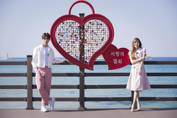 """<p> Trang Pháp và Lục Huy (Uni5) vừa có chuyến du lịch Hàn Quốc theo lời mời từ Đài truyền hình Quốc gia Arirang. Họ cùng nhau ghi hình cho chương trình """"Somewhere như trên phim"""", được phát sóng tại Hàn Quốc (đài Ariang) và Việt Nam (HTV) thời gian tới.</p>"""