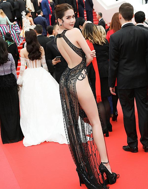 """<p> Dự LHP Cannes lần thứ 72, <a href=""""https://ione.net/tin-tuc/thoi-trang/bo-van-hoa-the-thao-amp-du-lich-ngoc-trinh-mac-phan-cam-3926556.html?ctr=related_news_click"""" rel=""""nofollow"""">Ngọc Trinh</a> diện bộ đầm xuyên thấu chất liệu ren, với những đường cắt xẻ khoe trọn cơ thể, của NTK Đỗ Long. Thiết kế xẻ hông quá cao khiến Ngọc Trinh trở thành tâm điểm chỉ trích. Cô bị một số tờ báo Trung Quốc nhận xét mặc """"gợi dục"""". Đại diện Bộ Văn hóa Thể thao & Du lịch cũng nhận định Ngọc Trinh mặc phản cảm và đáng bị lên án.Còn <a href=""""https://ione.net/tin-tuc/sao/viet-nam/vu-thu-phuong-toi-chi-trich-ngoc-trinh-vi-qua-buc-xuc-3927561.html"""" rel=""""nofollow"""">Vũ Thu Phương</a>khuyên đàn em không nên """"bôi tro trát trấu lên Cannes, lên danh tiếng người Việt"""".</p>"""