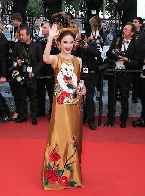 Lần đầu tiên đến Cannes 2016, Angela Phương Trinh chọn một thiết kế trong nước mang đậm màu sắc truyền thống dân tộc - váy lụa in tranh đông hồ.