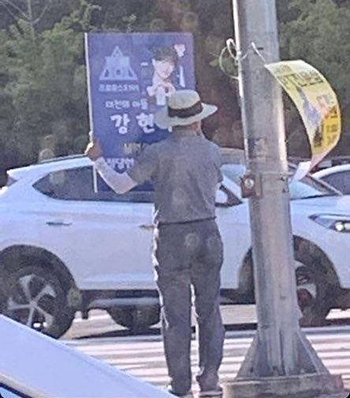 Cha đứng trên đường kêu gọi bình chọn cho con trai tại Produce X 101