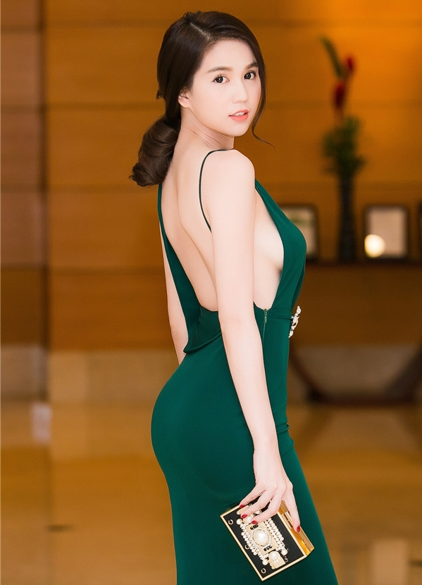 """<p> Đáp lại những chỉ trích vì lối ăn mặc phản cảm, Ngọc Trinh nói: """"Tôi là 'nữ hoàng nội y' thì mặc như vậy là chuyện bình thường, quan trọng là tôi thấy đẹp và đạt được hiệu ứng thảm đỏ theo đúng ý tôi muốn"""".</p>"""