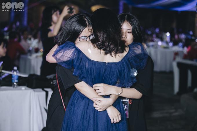 """<p> Cuối buổi lễ vẫn là những giọt nước mắt, những cái ôm chia tay bạn bè thời học sinh.</p> <p style=""""text-align:right;""""> </p>"""