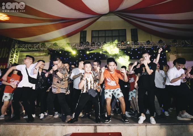 <p> Càng về khuya, sân khấu càng nóng hơn hàng trăm bạn học sinh lớp 12 nhún nhảy theo những điệu nhạc.</p>