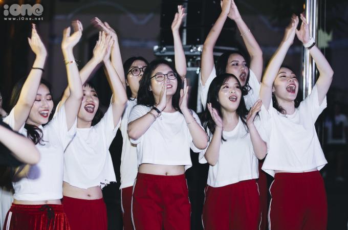 <p> Dưới khu vực khán giả, các bạn học sinh nhiệt tình cổ vũ cho những người bạn của mình.</p>