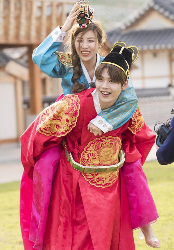 <p> Cả hai thích thú khi diện trang phục truyền thống của xứ kim chi.</p>