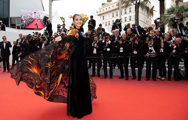Trương Thị May được mời dự lễ ra mắt bộ phim Oh Mercy! tại LHP Cannes 2019. Người đẹp Việt mặc áo dài truyền thống gam đen đính thêm phần áo choàng thêu họa tiết rồng bay ấn tượng do NTK Đinh Văn Thơ thực hiện.