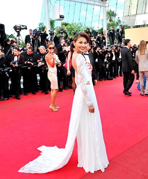 Thanh Hằng là một trong những mỹ nhân Việt đầu tiên được mời tham dự Cannes. Năm 2011, cô góp mặt trên thảm đỏ liên hoan với bộ áo dài của NTK Thuận Việt. Mang theo rất nhiều váy dạ hội nhưng cô vẫn chọn bộ trang phục này. Thiết kế có màu trắng, chất liệu ren nhẹ nhàng. Phía sau là khoảng hở lưng táo bạo giúp áo dài thêm hiện đại, giúp Thanh Hằng khoe được thân hình của một siêu mẫu.