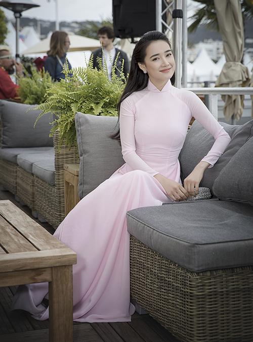 Nữ diễn viên chọn thiết kế rất đơn giản, màu hồng nhạt tinh khôi. Niều khán giả bình luận trang phục không cầu kỳ nhưng giúp Nhã Phương khoe được vẻ e ấp, mong manh của người phụ nữ Việt.