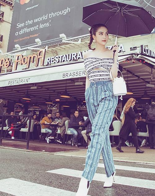 Trên đường phố, cô tranh thủ diện những bộ đồ hiệu mới sắm và khoe street style. Khác với lúc lên thảm đỏ, thời trang đời thường của cô năng động, cá tính hơn.