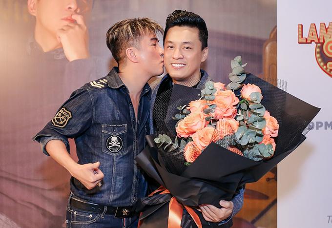 <p> Họ ôm hôn nhau thân thiết. Lam Trường còn ngỏ lời mời Đàm Vĩnh Hưng xuất hiện trong một số đặc biệt của dự án.</p>