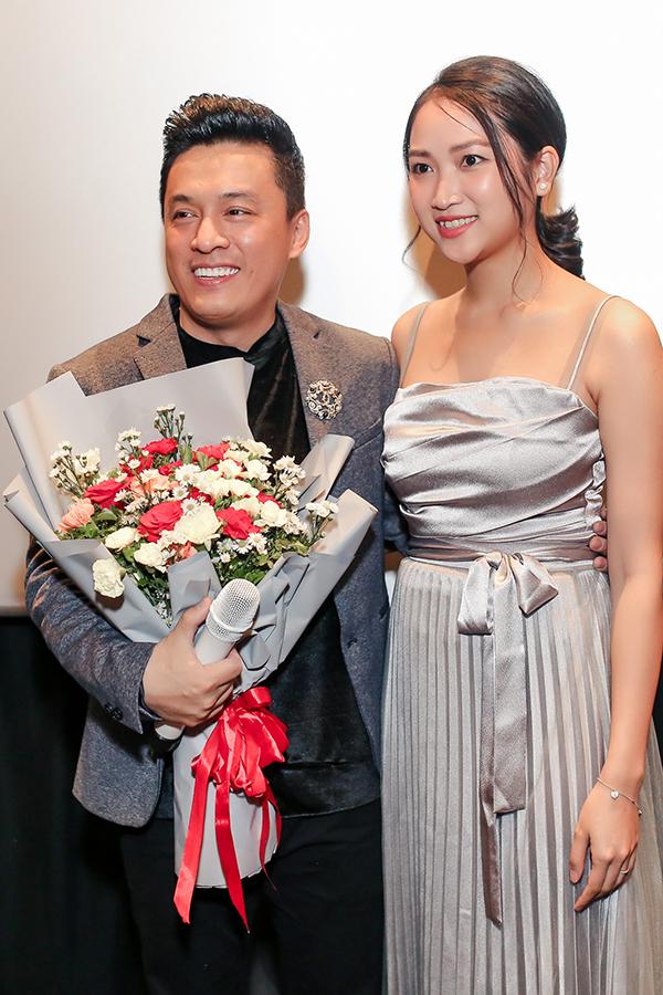<p> Yến Phương - bà xã của ca sĩ Lam Trường bất ngờ xuất hiện để chúc mừng chồng. Nam ca sĩ cho biết trước đó Yến Phương bảo đi Côn Đảo vài ngày với bạn bè. Anh không ngờ vợ lại về kịp để đến tham dự sự kiện.</p>
