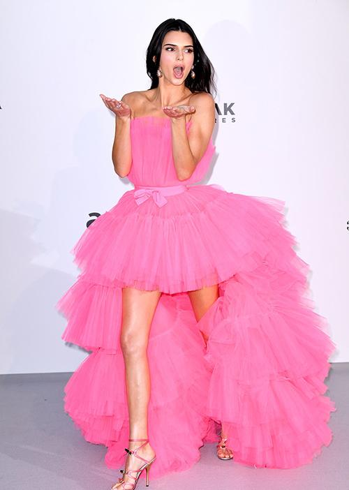 Trước đó, trên thảm đỏ, Kendall Jenner khoe dáng trong bộ đầm xòe màu hồng như búp bê Barbie Giambatistta Valli X H&M. Những năm trước, nàng mẫu người Mỹ thường đến dự Cannes với những trang phục hở hang, táo bạo hơn.