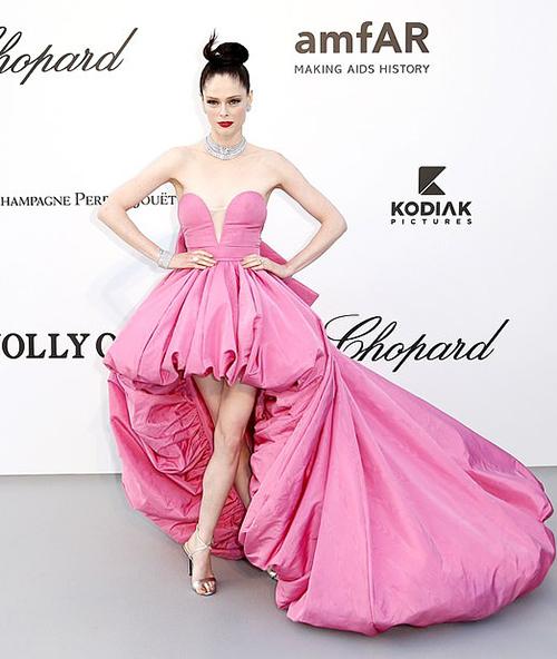 Coco Rocha cũng hóa công chúa trên thảm đỏ với trang phục lộng lẫy không kém.