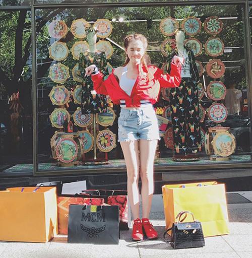 Là tín đồ hàng hiệu, Ngọc Trinh thường xuyên sang Pháp mua sắm. Mỗi lần đi shopping, cô có thể chi 1-4 tỷ đồng.