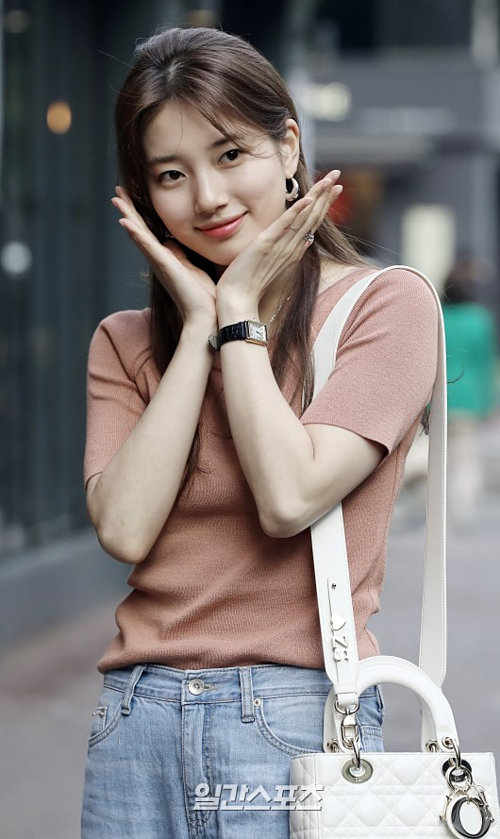 Nhiều người cũng bày tỏ mong chờ thưởng thức tài diễn xuất của Suzy trong drama hành độngVagabond (SBS).Ban đầu, dự án nàyđã được lên kế hoạch phát sóng vào tháng 5. Tuy nhiên nó đã bị hoãn tới tháng 9.