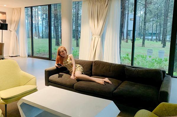 Elly Trần nghỉ dưỡng sang chảnh giữa rừng thông.