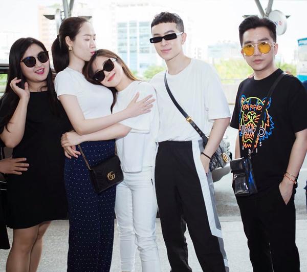 Hương Tràm tạm biệt gia đình, bạn bè thân thiết ở sân bay để lên đường du học Mỹ.