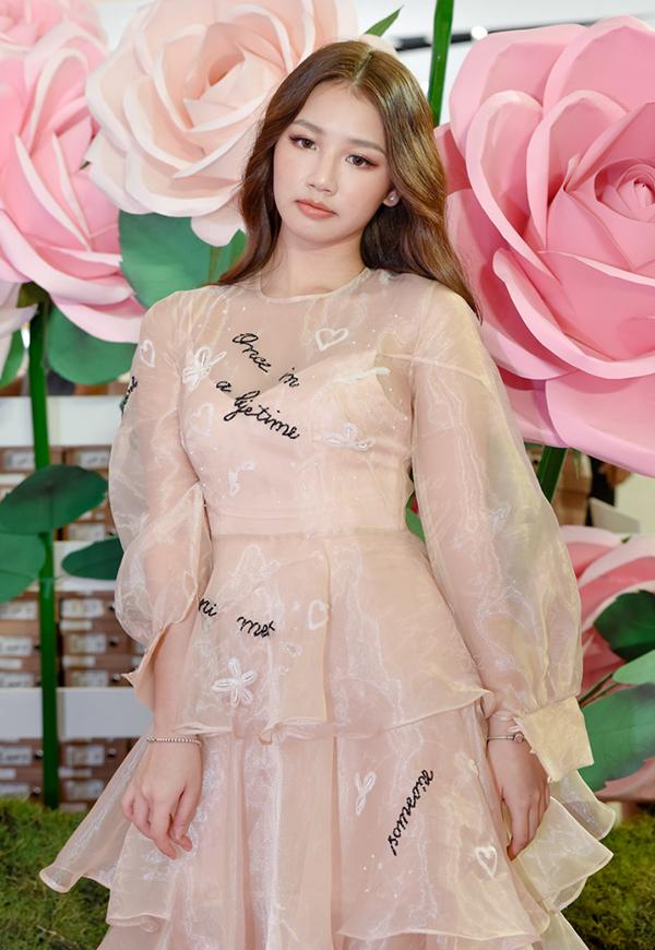 <p> Nữ ca sĩ trẻ Amee diện váy công chúa hồng pastel.</p>