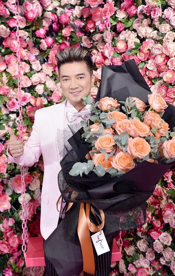 <p> Đến chúc mừng Hà Hồ có nhiều đồng nghiệp thân thiết. Đàm Vĩnh Hưng mang theo bó hoa lớn.</p>