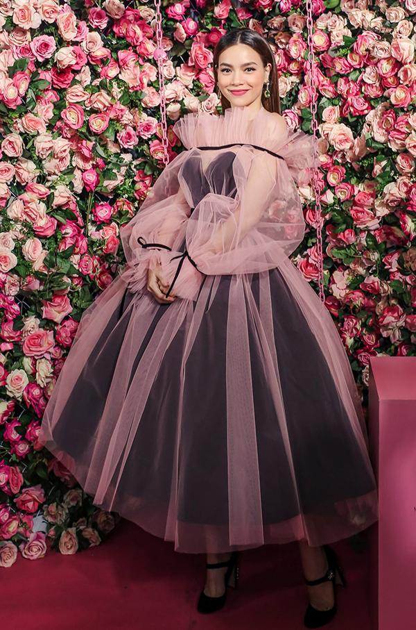 """<p> Hà Hồ diện cây hồng toàn tập giữa không gian của một """"xứ sở hoa hồng"""". Nữ ca sĩ chọn lối make up với màu son hồng tông xuyệt tông.</p>"""