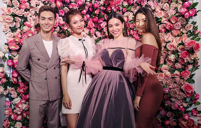 <p> Vợ chồng Chúng Huyền Thanh và Lilly Nguyễn (ngoài cùng bên phải) - hai học trò cưng của Hà Hồ tại The Face cũng có mặt ở sự kiện.</p>