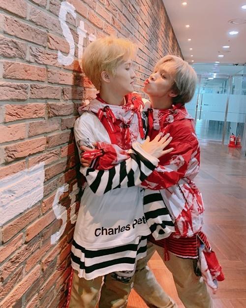Hae Chan (NCT 127) lao vào đòi hôn Mark cực nhiệt tình.