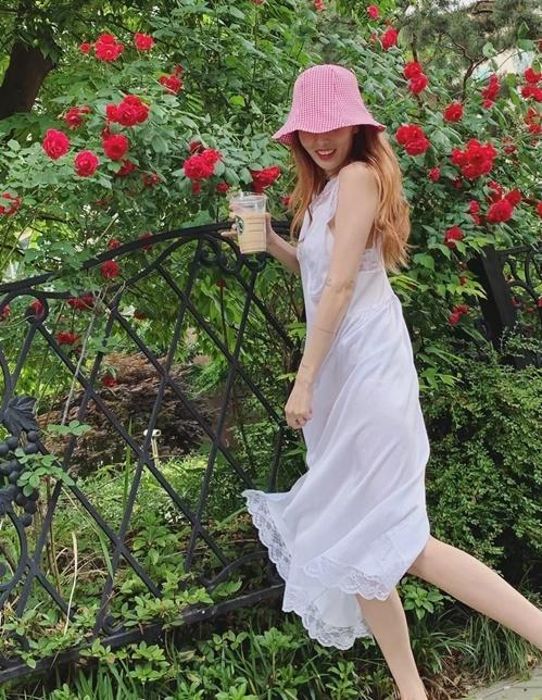 Hyun Ah như mặc váy ngủ ra đường, tạo dáng lãng mạn.