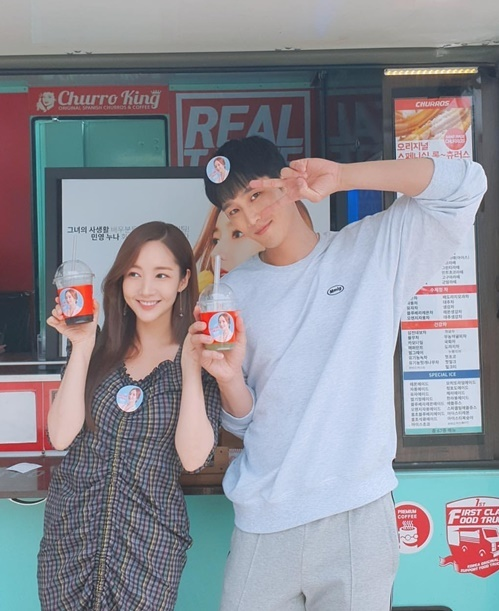 Park Min Young rạng rỡ khi nhận được xe cà phê từ Se Hun (EXO) gửi tới trường quay.