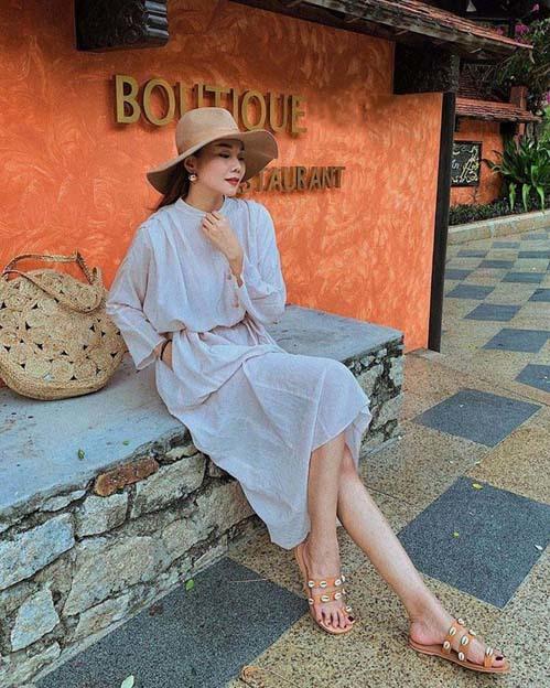 Thanh Hằng chọn trang phục chất linen mát mẻ rất thích hợp với những chuyến đi ngày hè.