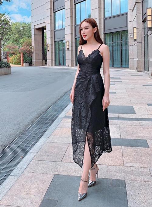 Kelly Nguyễn diện chiếc váy ren giá không quá đắt đỏ nhưng vẫn sang trọng.