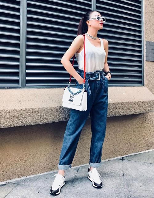 Trà Ngọc Hằng mặc tank top siêu mỏng trong ngày hè nóng bức.