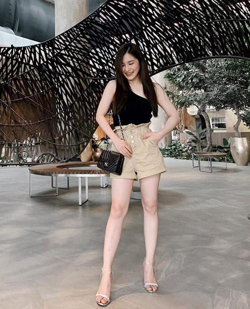 Hương Tràm tự tin khoe chân thon với quần shorts, kết hợp áo lệch vai mát mẻ giải nhiệt.