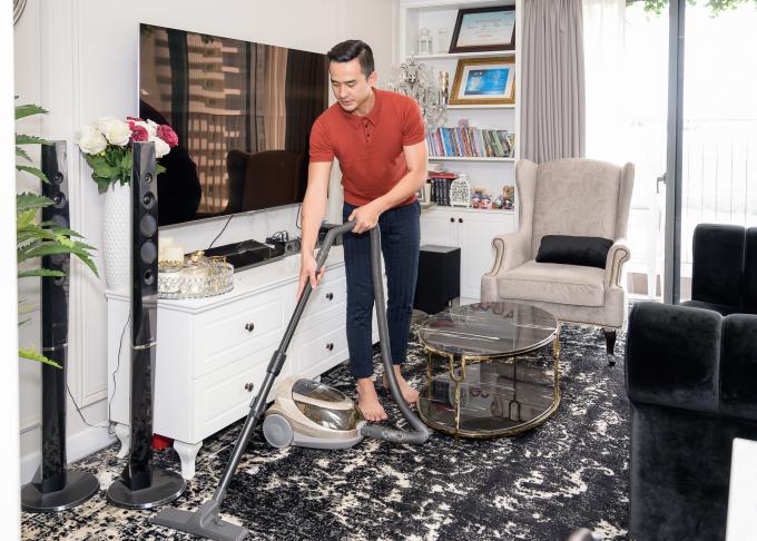 <p> Khi con ngủ, anh tranh thủ dọn dẹp nhà cửa.</p>