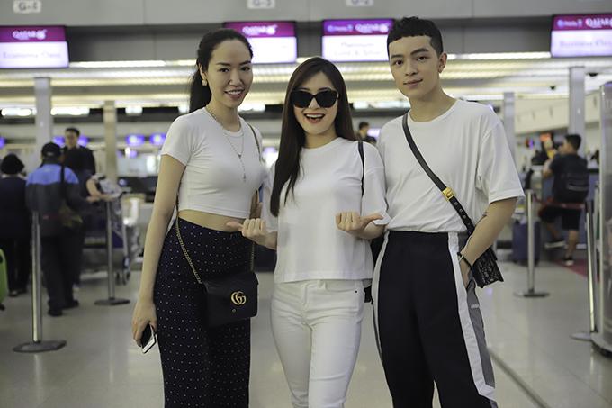 <p> Nhiều bạn bè như stylist Kelbin Lê, NTK Kim Khanh cũng có mặt ở sân bay.</p>