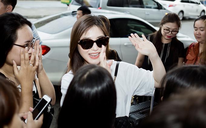 <p> Nhiều fan có mặt tại sân bay Tân Sơn Nhất để tạm biệt dù không được thông báo giờ bay. Hương Tràm tỏ ra bất ngờ trước tình cảm này của fan.</p>