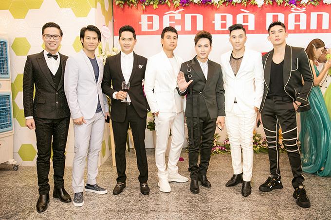 <p> MC Anh Quân (ngoài cùng trái), siêu mẫu Minh Trung (ngoài cùng phải) hội ngộ cùng các bạn bè, đồng nghiệp.</p>