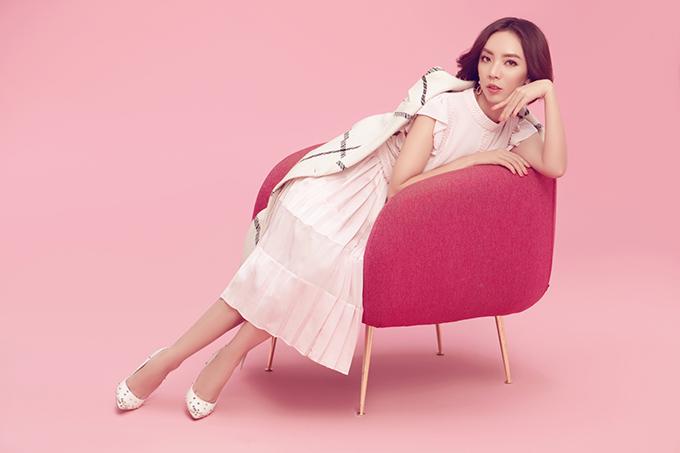 <p> Diện những trang phục hồng, Thu Trang khoe vẻ đằm thắm đúng chuẩn người phụ nữ gia đình.</p>