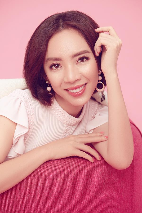 """<p> Thu Trang được khán giả yêu mến với hình tượng """"chị đại"""" cá tính, mạnh mẽ trong dự án phim """"Chị Mười Ba"""" thời gian qua. Khác với hình ảnh """"thét ra lửa"""" trong phim, trong loạt ảnh mới, nữ diễn viên lại dịu dàng, nữ tính bất ngờ.</p>"""