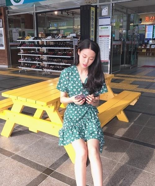 Seol Hyun diện váy xanh mát mẻ đi dạo phố.