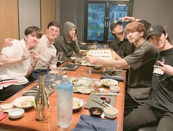 Nhóm VIXX ăn mừng kỷ niệm 7 năm debut cùng CEO công ty quản lý. Trưởng nhóm N vắng mặt vì đang đi nghĩa vụ quân sự.