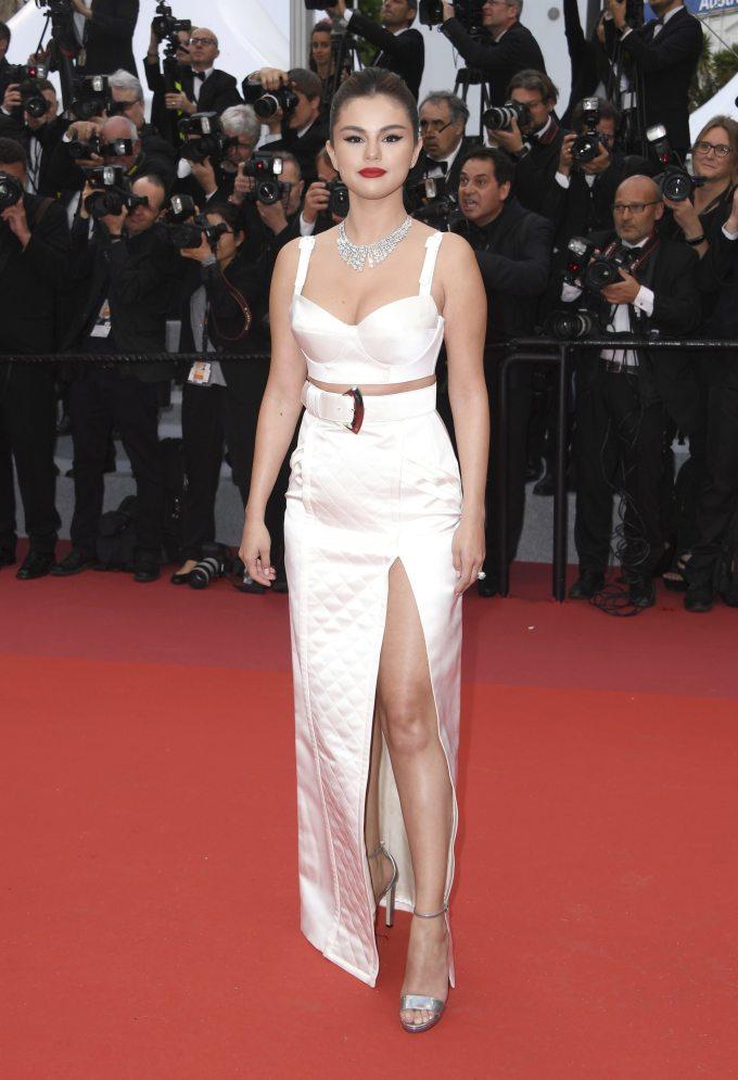 """<p> Ngay từ lần đầu tiên bước lên thảm đỏ Cannes, Selena Gomez đã được khen """"đẹp xuất sắc"""". Cô diện croptop đôn đẩy vòng một của Louis Vuitton, kết hợp váy xẻ cao và phụ kiện metallic. Nữ ca sĩ - diễn viên để lại ấn tượng với thân hình tràn đầy sức sống.</p>"""
