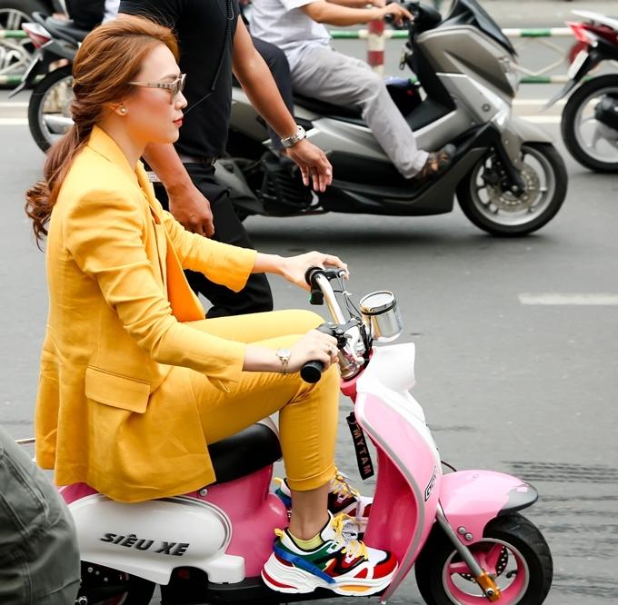 """<p> Chiều 26/5, album nhạc phim """"Chị trợ lý của anh"""" của Mỹ Tâm ra mắt. Nữ ca sĩ xuất hiện theo cách rất đặc biệt bằng chiếc xe điện mini. Đây là món quà Mỹ Tâm được fan tặng vào dịp sinh nhật gần nhất.</p>"""
